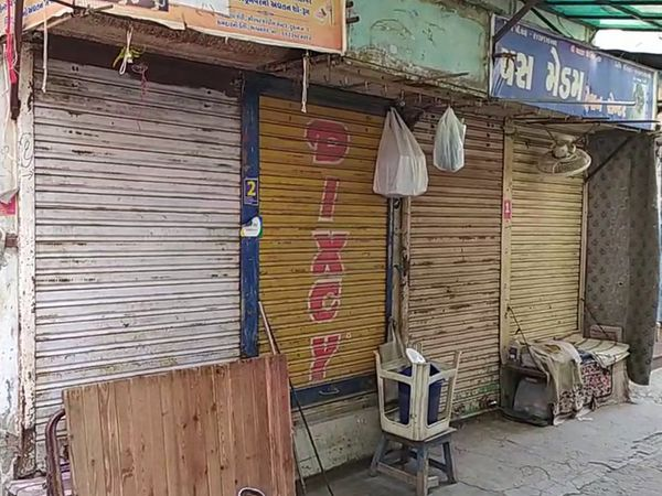 કચરો ફેંકવા મુદ્દે મનપાએ વેપારીને 5 હજારનો દંડ ફટકારતા ભાવનગરના પીરછલ્લા બજારના વેપારીઓએ દુકાનો બંધ કરી વિરોધ નોંધાવ્યો - Divya Bhaskar