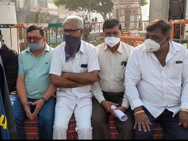 ખેડૂતોના સમર્થનમાં મોરબી નવા બસ સ્ટેન્ડ નજીક કોંગ્રેસ આગેવાનોના ધરણા - Divya Bhaskar