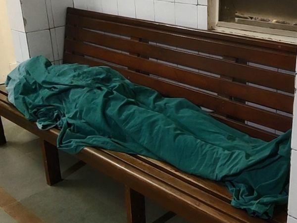 હોસ્પિટલમાં યુવાનનો મૃતદેહ - Divya Bhaskar