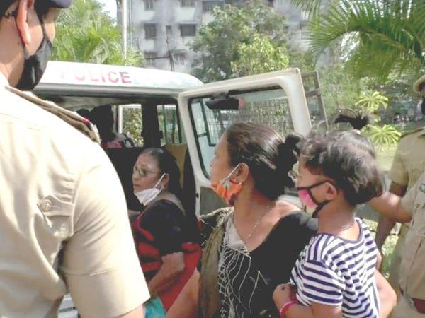 ગ્રામ્ય પોલીસ દ્વારા આંદોલન કરી રહેલી મહિલાઓની અટકાયત કરાઈ હતી