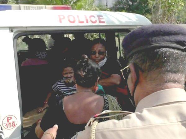 મહિલાઓની અટકાયત કરતી વખતે ભાન ભૂલેલી પોલીસે દાદી સાથે બાળકીને પણ વાનમાં બેસાડી દીધી હતી - Divya Bhaskar