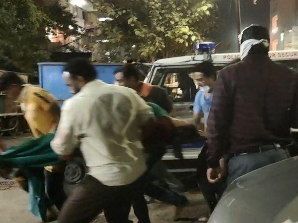 મહિલાને પોલીસની ગાડીમાંથી હોસ્પિટલમાં લઈ જવાઈ હતી
