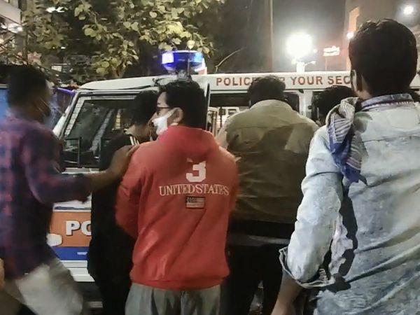 ઈજાગ્રસ્ત મહિલાને પોલીસની ગાડીમાં હોસ્પિટલ લઈ જવાની તૈયારી