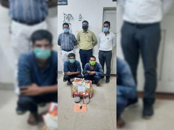 કાટું ચોકડી પાસેથી ગાંજાના જથ્થા સાથે પોલીસે બેને ઝડપી પાડ્યા. - Divya Bhaskar