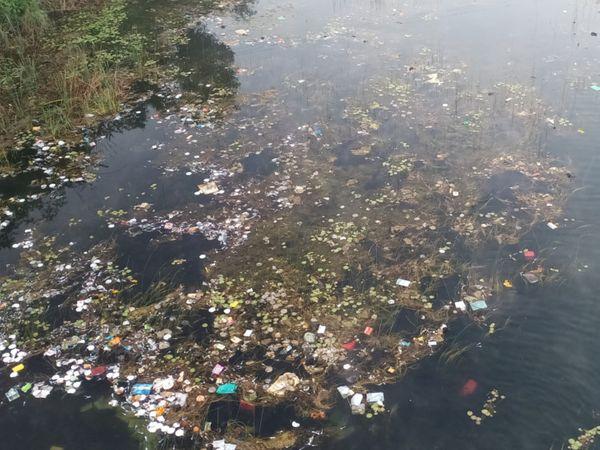 ખાનપુરની ભાદર નદીમા કચરો નાખવામાં આવતા નદી ગંદકીથી ખદબદી રહી છે - Divya Bhaskar