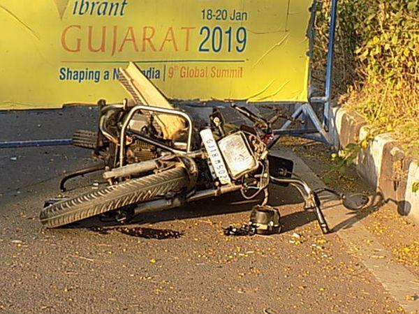 શહેરના ચ રોડ પર હેલિપેડના કટ પાસે ઈનોવા ગાડીની ટક્કર લાગતા બાઈક પર જઈ રહેલા વૃદ્ધનું મોત થયું હતું. - Divya Bhaskar
