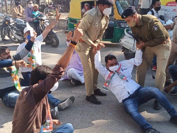 પરમીશન વગર ચક્કાજામ કરતા છ કોંગ્રેસીઓને પોલીસ ટીંગાટોળી કરીને ઉઠાવી ગઈ હતી. - Divya Bhaskar