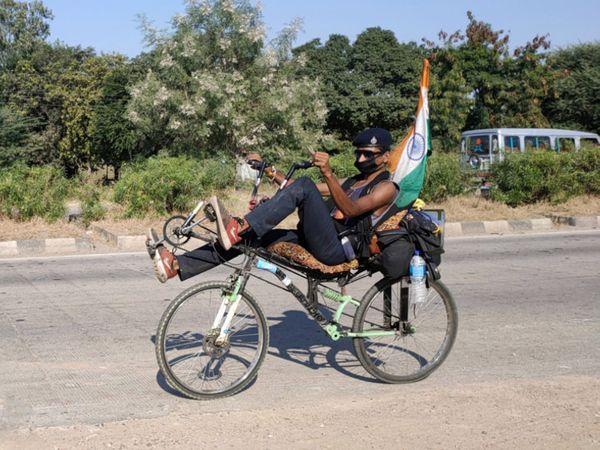 આરામદાયક રીતે હંકારાય તેવી સાઇકલ લઇને ભારતભ્રમણે નીકળેલો યુવાન આકર્ષણનું કેન્દ્ર  બન્યો હતો. - Divya Bhaskar