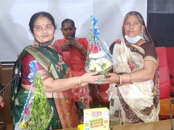 પડધરી મૌવેયાની સીટ પરથી ચૂંટાયેલા ભાનુબેન તળપદાની વરણી કરવામાં આવી છે - Divya Bhaskar