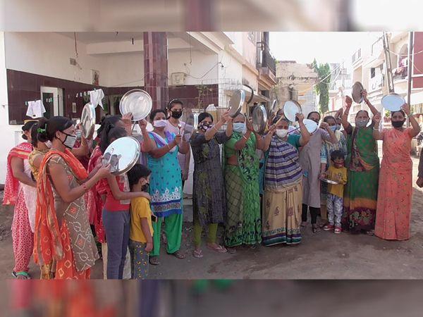 પાંચ મીનીટ થાળીઓ વગાડતા લતાવાસીઓ ઘરની બહાર આવી ગયા - Divya Bhaskar
