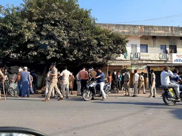 તારાપુરમાં ગુરૂવારે રાત્રે બસ સ્ટેન્ડ પાસે  દુકાનમાં તોડફોડ કરાઈ હતી.  ખંભાત ડીવાયએસપી સહિત તારાપુર પોલીસનો કાફલો બંદોબસ્તમાં ગોઠવાયો હતો. - Divya Bhaskar