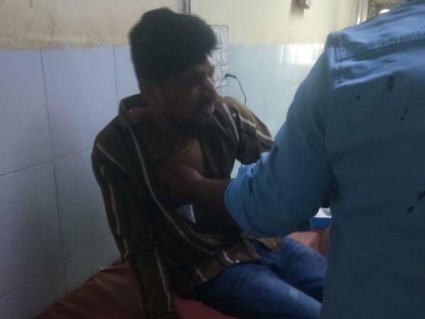 જૂની અદાવતમાં હુમલો થતાં યુવકને સારવાર અર્થે સિવિલ ખસેડવામાં આવ્યો હતો. - Divya Bhaskar