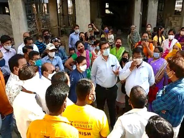 પાલિકાના અધિકારીઓએ લાભાર્થીઓની રજૂઆત સાંભળી હતી. - Divya Bhaskar