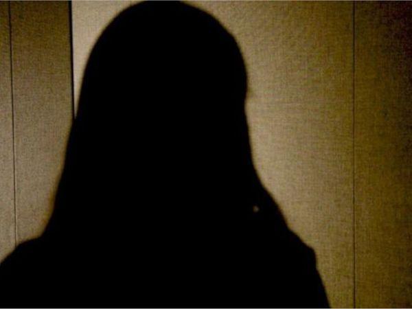 મહિલા પર દુષ્કર્મ ગુજારીને ધમકી અપાયાની પોલીસમાં ફરિયાદ નોંધાઈ છે.(પ્રતિકાત્મક તસવીર માત્ર પ્રસ્તુતિકર માટે) - Divya Bhaskar