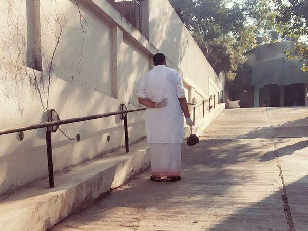 થલતેજ ખાતે સ્મશાનમાં પરિવારજનની અંતિમવિધિની રાહ જોઇ રહેલી વ્યક્તિ. - Divya Bhaskar