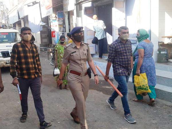 કેસો વધતાં લખતર પોલીસનું ફૂટ પેટ્રોલિંગ - Divya Bhaskar