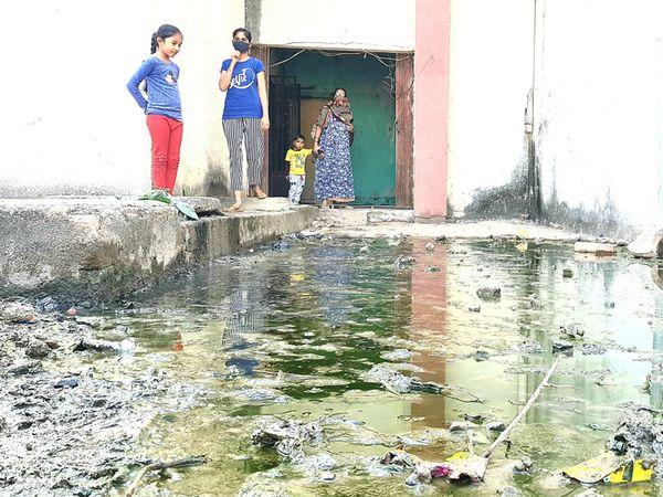 બિલડીગના મુખ્ય ગેટ પર ગટરનું દુષિત પાણી ભરાયું છે. - Divya Bhaskar