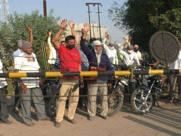 ખેડૂતોએ ફાટક ખોલોના નારા લગાવ્યા હતા. - Divya Bhaskar
