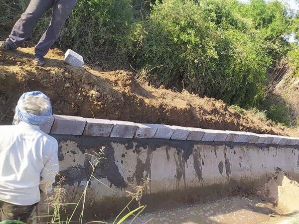 ભાખરી માઇનોર કેનાલ પર ખેડૂતોએ પથ્થરની પાળ બનાવવાની કામગીરી શરૂ કરી હતી. - Divya Bhaskar