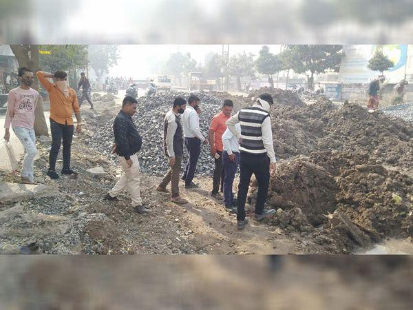 નિર્માણાધીન કામગીરી દરમિયાન રોડ ગેસ, પાણીની લાઇન તૂટતા ભયનો માહોલ સર્જાયો. - Divya Bhaskar