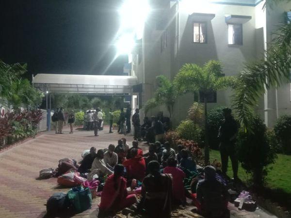ગ્રામ્ય પોલીસમાં ડિટેન થયેલા 71 લોકોને રાત્રે 12 વાગ્યા સુધી ભોજન ન પૂછી આખરે રાત્રિના 1 વાગ્યે તેઓને છોડવામાં આવ્યા હતા. - Divya Bhaskar