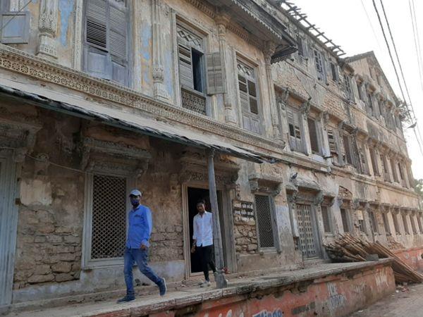 શિલ્પ, સ્થાપત્ય અને કોતરણી કામની મિસાલ સમા ઇમારત - Divya Bhaskar