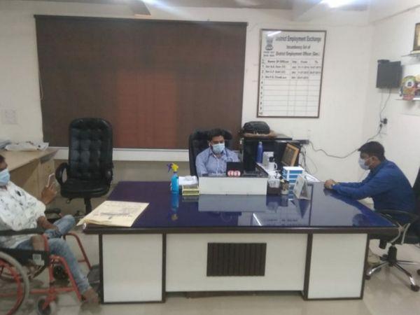 જિલ્લા રોજગાર અધિકારી પ્રશાંત ત્રિવેદી દ્વારા દિવ્યાંગજન માટેની રોજગાર લક્ષી યોજનાઓ વિશે માર્ગદર્શન અપાયું હતું. - Divya Bhaskar