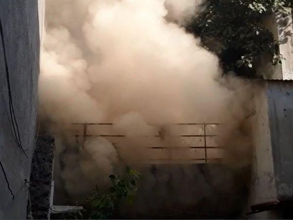 વાડી વિસ્તારમાં આવેલી વચલી પોળના બંધ મકાનમાં આગ લાગી - Divya Bhaskar
