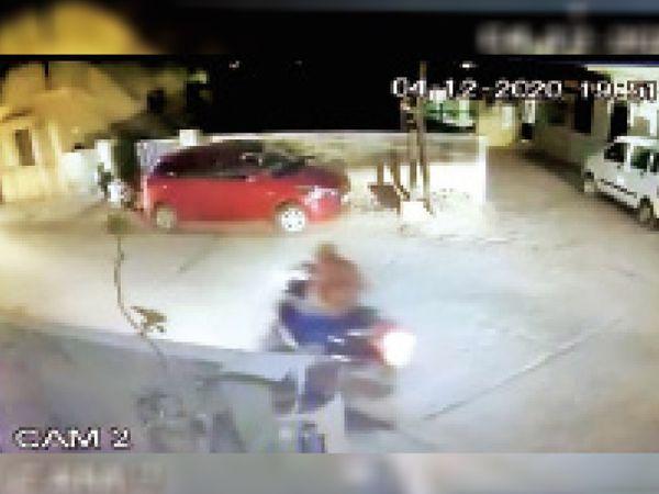 CCTVમાં પતિની કાર બાદ 4 સેકન્ડમાં પત્નીનું એકટીવા દેખાયું