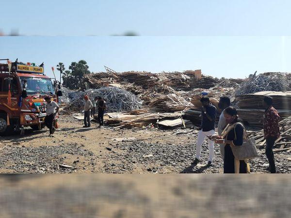 આનંદપુરા ગામની ગૌચરની જમીનમાં લાકડાના ભંગારના ગોડાઉન ઉભા કરવામાં આવ્યા છે - Divya Bhaskar