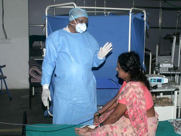 ખુબ જ સાદગીભર્યું જીવન જીવનારા ડો.ગામીત દરેક દર્દીઓને આવી જ રીતે મોટિવેટ કરતા હતાં. - Divya Bhaskar