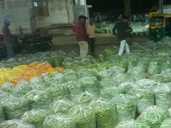 ભંડવાલમાં રોજ રાત્રે વાલોળ ની ખરીદી માટે બજાર ભરાય છે ગામના લોકો થકી જ બહાર ના વેપારીઓ વતી ખરીદી કરાય છે. - Divya Bhaskar
