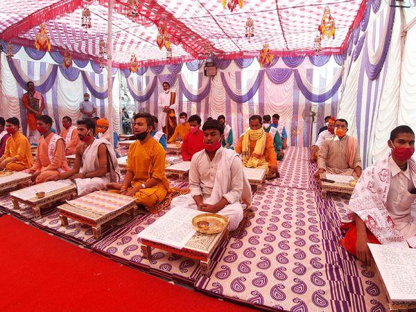 શ્રીસૂક્તના 21 વિદ્વાન ભૂદેવો દ્વારા અનુષ્ઠાન - Divya Bhaskar