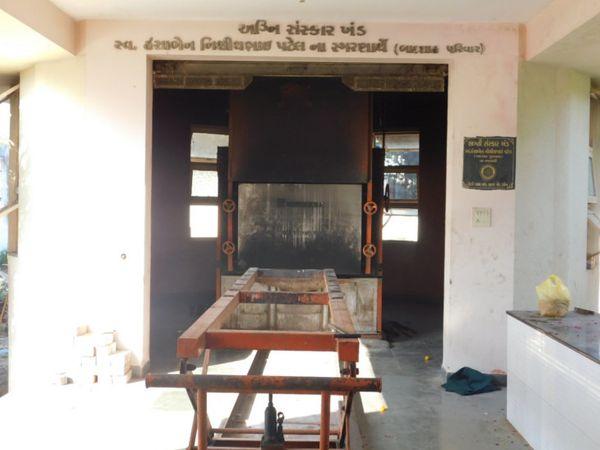 આણંદ પાલિકા હસ્તક કૈલાસભૂમિમાં ગેસની સગડી વારંવાર બગડી જતી હોવાથી કોરોના મૃત દેહને અંતિમ સંસ્કાર માટે પેટલાદ- વિધાનગર સુધીનો ફોગટનો પડતો હોય છે. - Divya Bhaskar