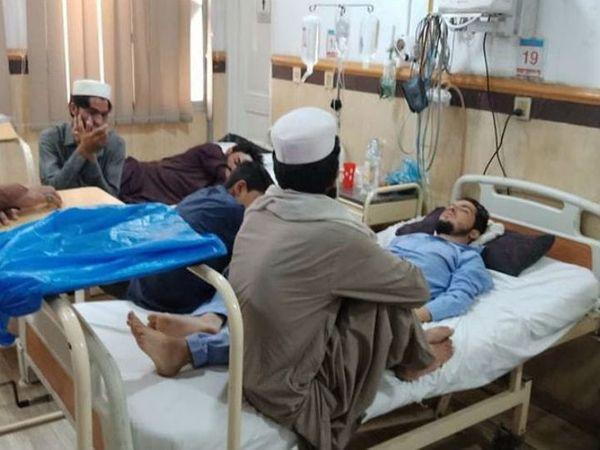 આ તસવીર પાકિસ્તાનના પેશાવર સ્થિત એક સરકારી હોસ્પિટલની છે. અહીં મોટાભાગની હોસ્પિટલોમાં કોરોના સંક્રમિતો માટે બેડ ઓછા પડી ગયા છે- ફાઈલ ફોટો - Divya Bhaskar