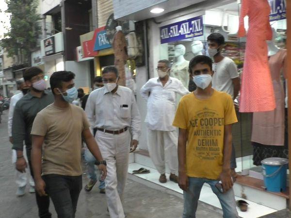 નવસારી કોંગ્રેસના આગેવાનો શહેરના તમામ વિસ્તારમાં વેપારીઓને અપીલ કરતા જોવા મળ્યા - Divya Bhaskar