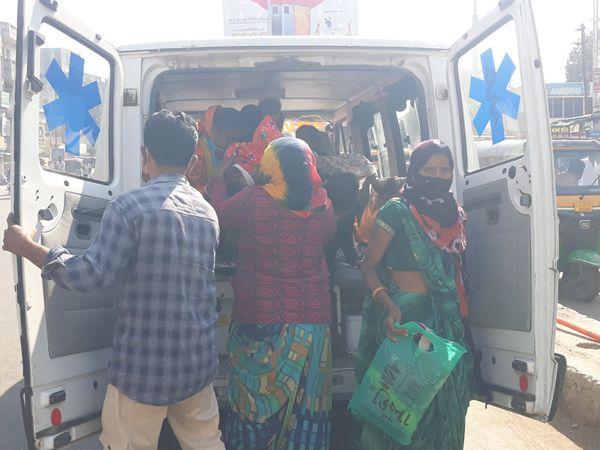 મહુધા તાલુકાના અલીણા સી.એચ.સી. માંથી 8 સગર્ભા મહિલાઓને તેમના પરિવારની અન્ય મહિલાઓ સાથે એકજ એમ્બ્યુલન્સમાં બેસાડીને નડિયાદ લાવવામાં આવી હતી. - Divya Bhaskar