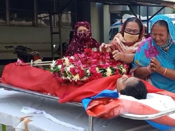 સ્મીમેર ખાતે મૃતક પીએસઆઈના પાર્થિવ દેહના દર્શન કરતા પરિજનો. - Divya Bhaskar