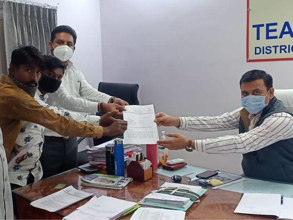 મામલતદાર પી.એ.દેસાઇને આવેદનપત્ર અપાયું હતું. - Divya Bhaskar