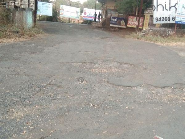સાપુતારા એસટી ડેપોમાં રસ્તા પર ઘુટણ્યા ખાડાથી મુસાફરો ત્રસ્ત. - Divya Bhaskar