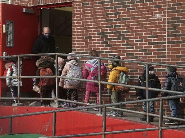 કોરોનાને લઈને ન્યૂયોર્ક અમેરિકામાં સૌથી વધુ પ્રભાવિત શહેરોમાં સામેલ છે. તેમ છતાં અહીં સ્કૂલ ખોલવાનો નિર્ણય કરાયો છે. - Divya Bhaskar