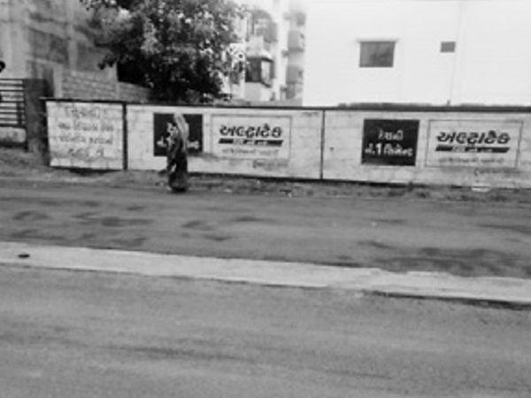 લીલાશાહ વોર્ડ ઓફિસ સામેના રોડ બનાવવામાં પણ ડિવાઈડર ભુલી જવાતા રોડ અને ડિવાઈડરનું લેવલ એક થઈ ગયું છે. - Divya Bhaskar