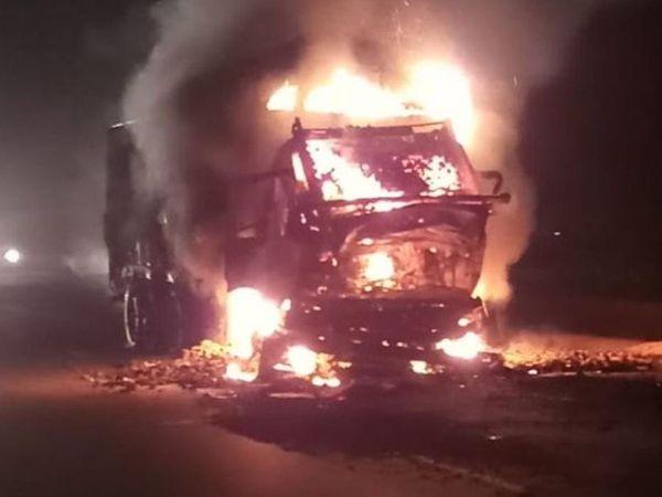 આગ લાગવાના કારણે ટ્રકના ટાયર સહિત આખી ટ્રક સળગી ઉઠી હતી. - Divya Bhaskar
