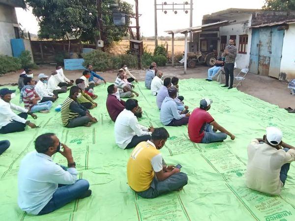 લઠ્ઠાપુરા ખાતે યોજાયેલી મીટિંગમાં એકત્ર થયેલા ખેડૂતો. - Divya Bhaskar