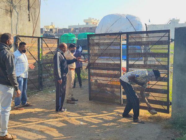 જીનનો ગેટ પોલીસ ખોલાવી વાહનો અંદર લીધા હતા. - Divya Bhaskar