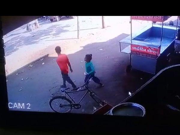 CCTV કેમેરામાં દેખાયું કે દિનેશે બાળકીને બપોરે 2.56 મિનિટે નાસ્તો અપાવી સાથે લઈ ગયો હતો.