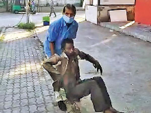 તબીબના કહેવાથી દર્દીને સર્વન્ટ બહાર મુકી આવ્યો - Divya Bhaskar