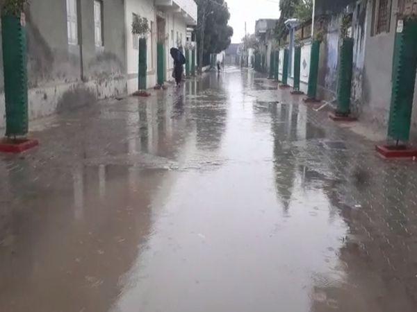 વરસાદના પગલે રસ્તા પર પાણી ફરી વળ્યાં - Divya Bhaskar