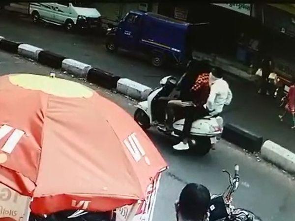 યુવકનું મોપેડ પર અપહરણ કરી જતા સીસીટીવીમાં કેદ. - Divya Bhaskar