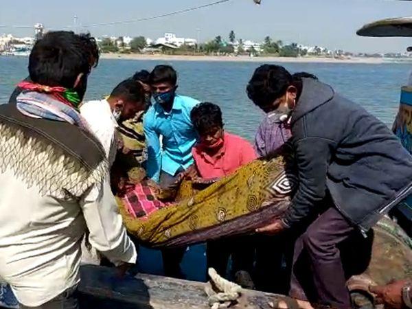 દિવ જેટી પર માછીમારનો મૃતદેહ લાવવામાં આવ્યો - Divya Bhaskar